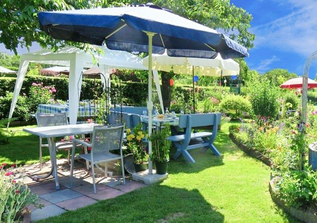 Table ready for a garden party
