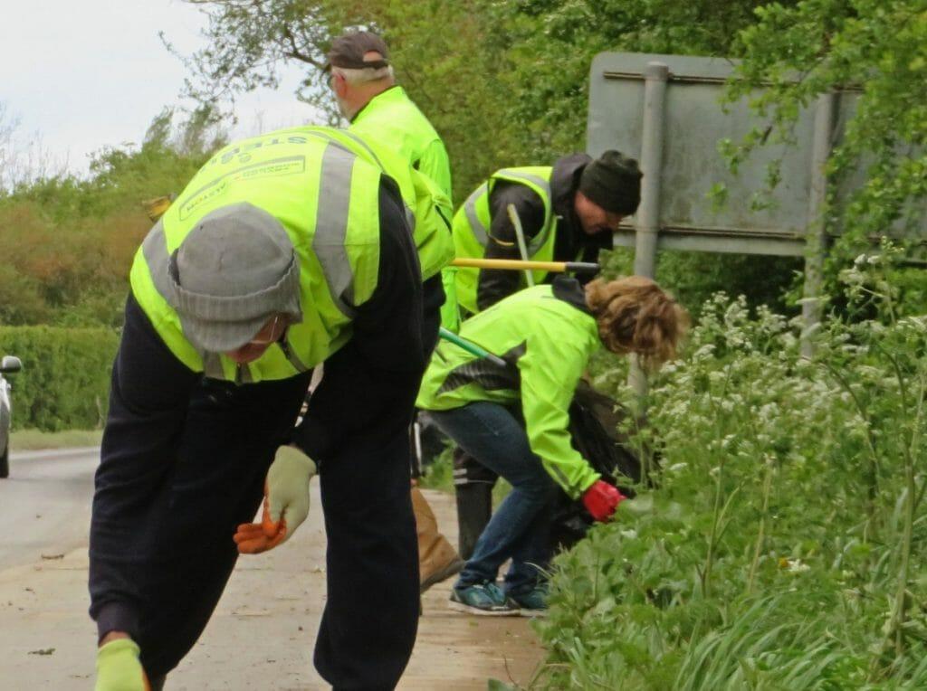 Sustainable Cottenham volunteer litter pickers in action